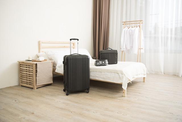 zavazadla u postele
