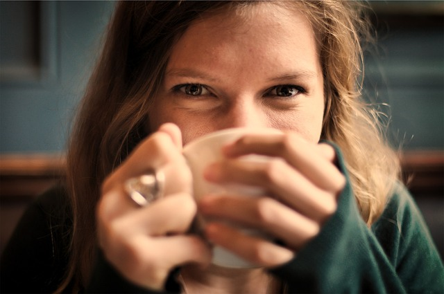 pití z šálku